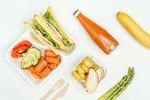 pohled shora sendviče, ovoce a zeleniny v kufříky izolované na bílém