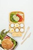 pohled shora vajec se zeleninou a burger izolované na bílém
