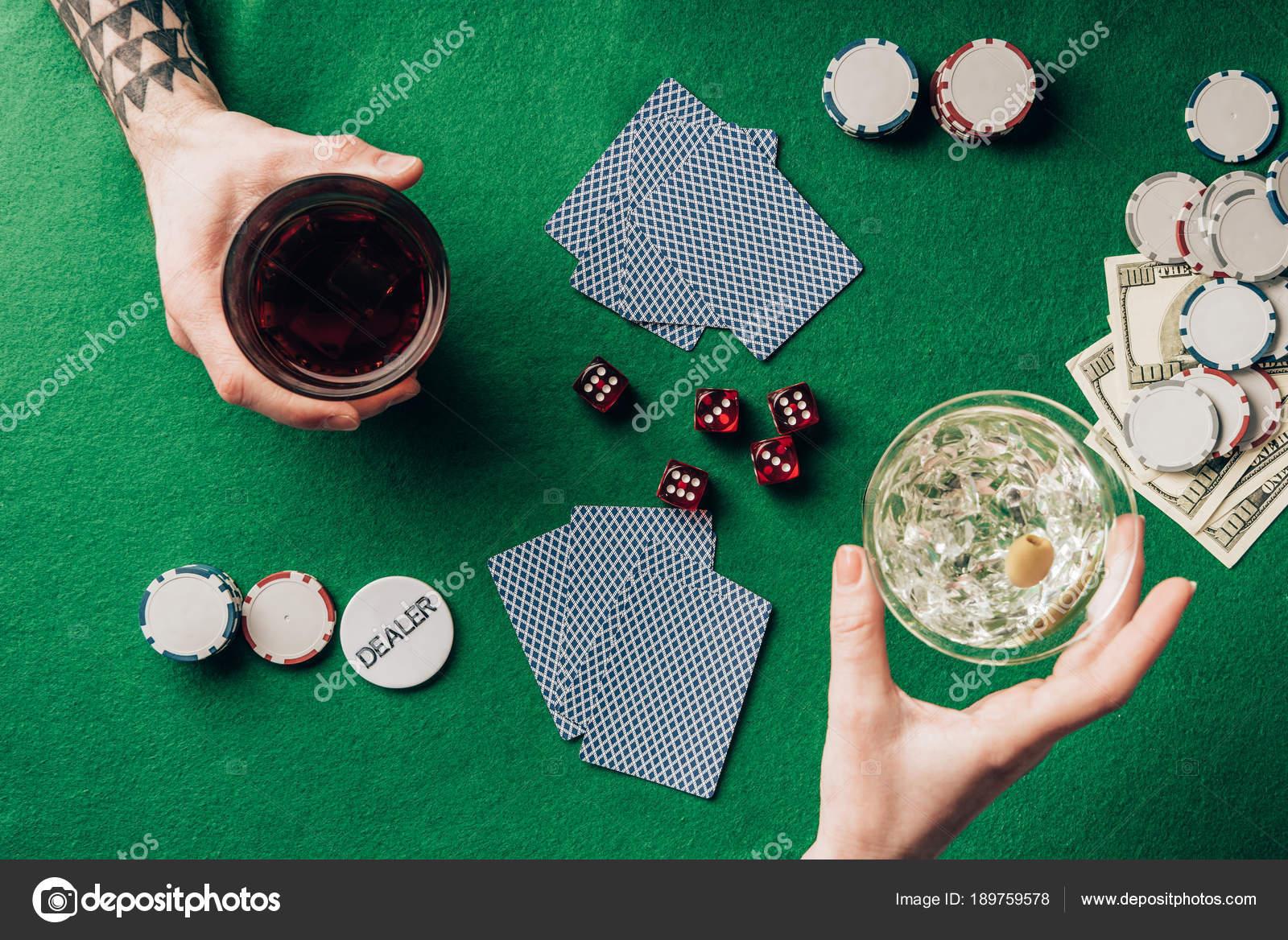 Hombre Mujer Con Bebidas Juego Mesa Con Dados Cartas Foto De Stock