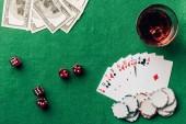 Fotografie Koncept s karty a kostky na stůl kasino hazardní hry