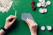 Fotografie Frau mit Zigarette und Spielkarten von Casino-Tisch