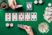 Fotografia Uomo e donna con le carte giocando a poker da tavolo con bevande e patatine