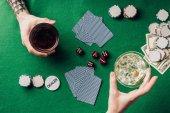 Fotografia Uomo e donna con drink di gioco da tavolo con dadi e carte