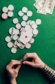 Fotografie Muž, který držel poker karty Kasino stolu s čipy