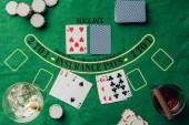 Fotografia Concetto di gioco dazzardo con le carte e fiches casinò tavolo