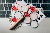 Online hazardní hry koncept s čipy a peníze na notebook