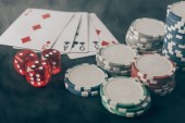 Hrací karty s kostkami a čipy na kasino tabulky