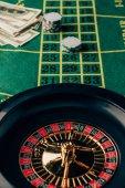 Fotografie Tabulka kasino s ruletou a umístěné čipy
