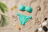 felülnézet, elegáns kék bikini, a különböző kiegészítők és kavics, homokos strandon