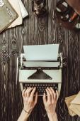 részleges kilátás nyílik a fából készült asztali gép-val üres boríték és nagyítók gépelés gépelés író