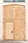 Dřevěné vintage dveře v cihlové zdi