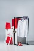 košile na ramínko, nákupní tašky a prodej značek, letní prodejní koncept