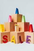 Fotografie barevné tašky na dřevěné stánky s prodejem znamení, letní prodejní koncept