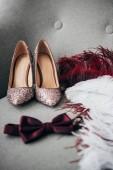 zár megjelöl kilátás, menyasszonyi cipő, a vőlegények csokornyakkendő és a toll a fotel rusztikus esküvőre