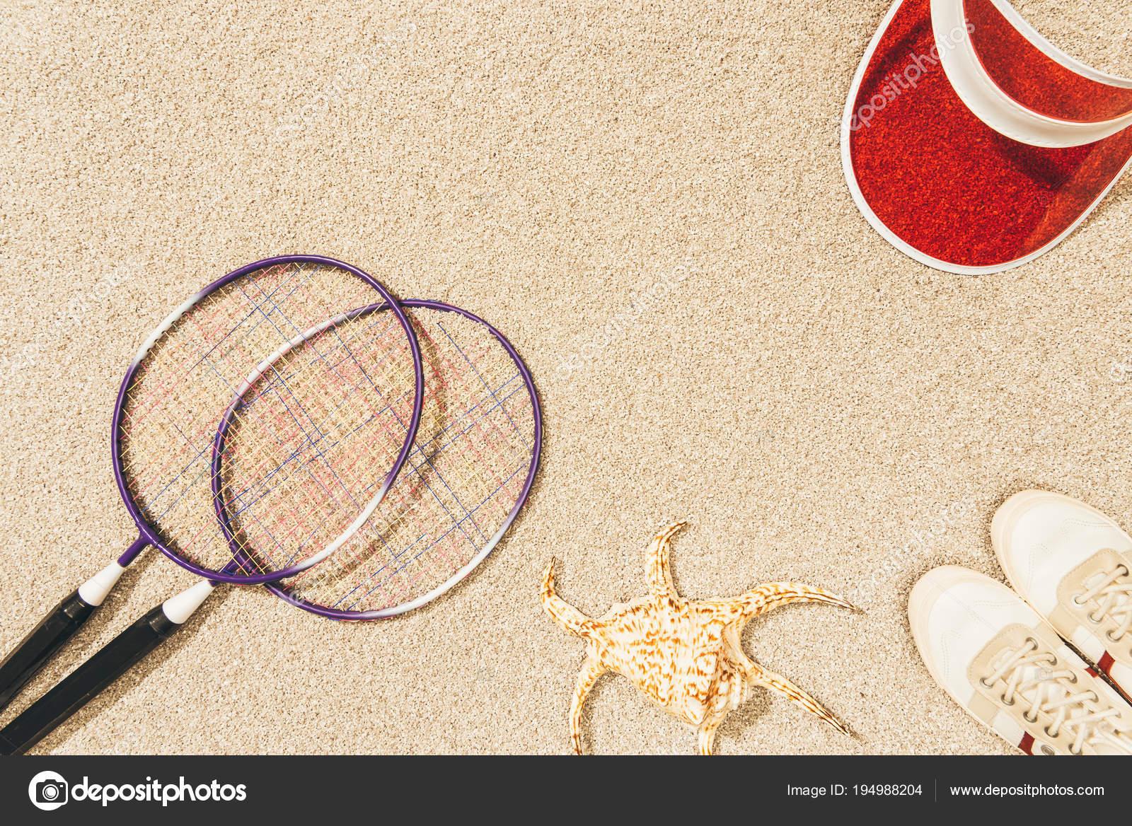 Ovanifrån Arrangemang Badminton Utrustning Mössa Och Skor Sand — Stockfoto 1fe5898014dc6