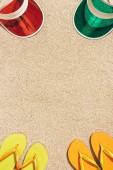 Fotografie pohled shora uspořádány barevné čepice a překlopit propadne na písku