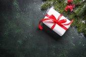 Weihnachtsgeschenkschachtel mit Tanne und Dekoration
