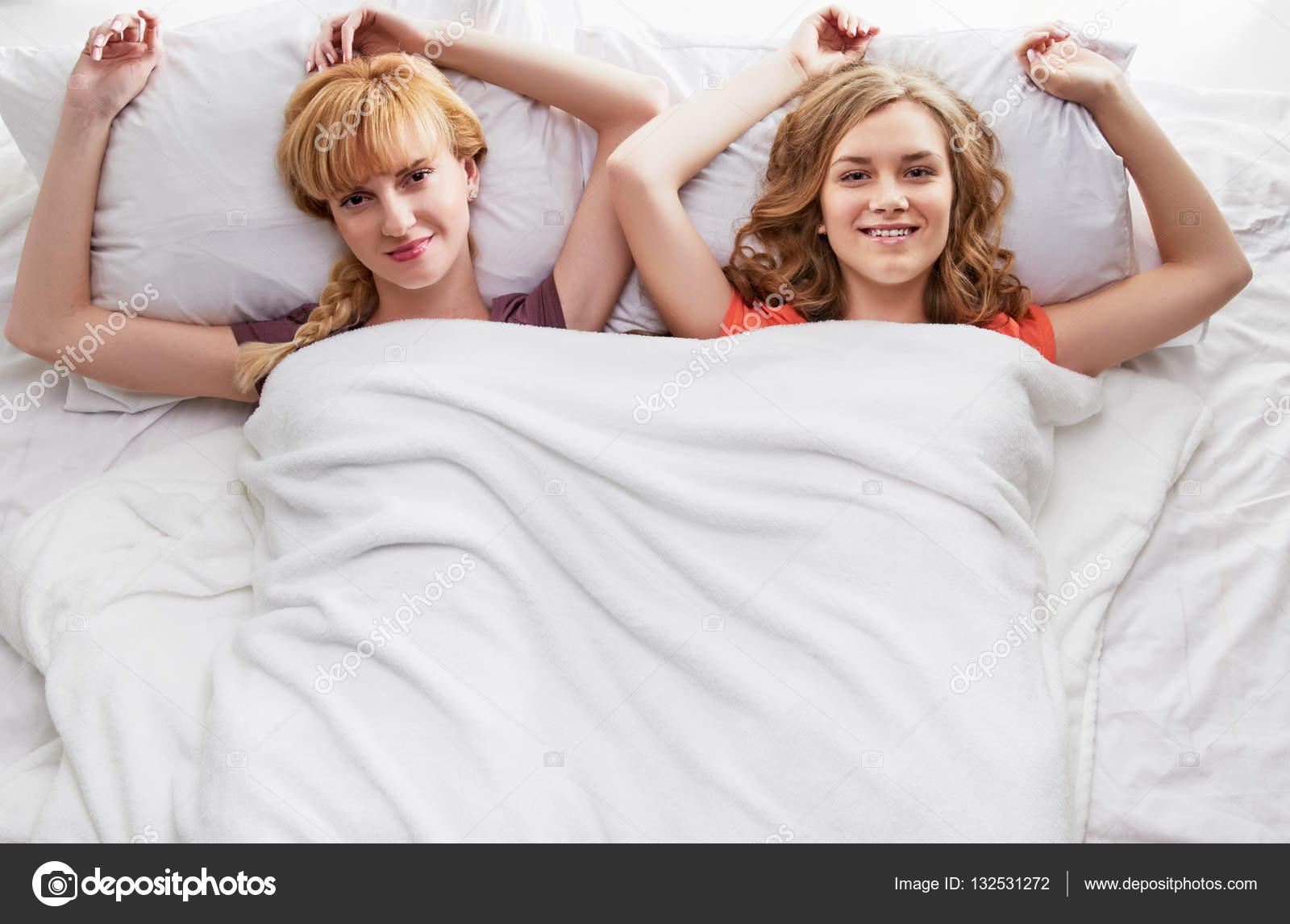 Видео подруги в постели 13