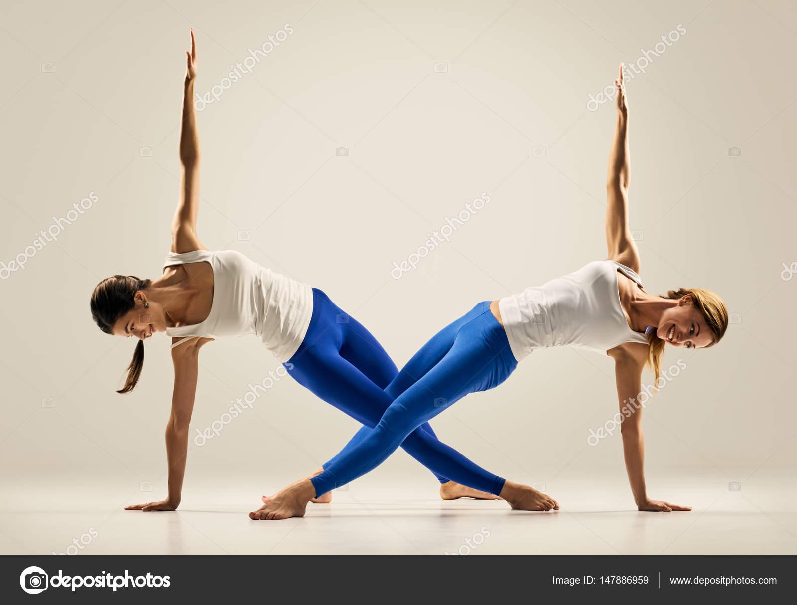 Yoga en paire. Figure. planche de côté — Photographie seenaad ...
