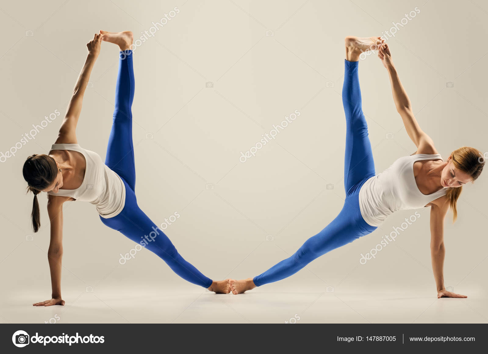 Yoga en paire. Figure. le grand écart — Photographie seenaad ...