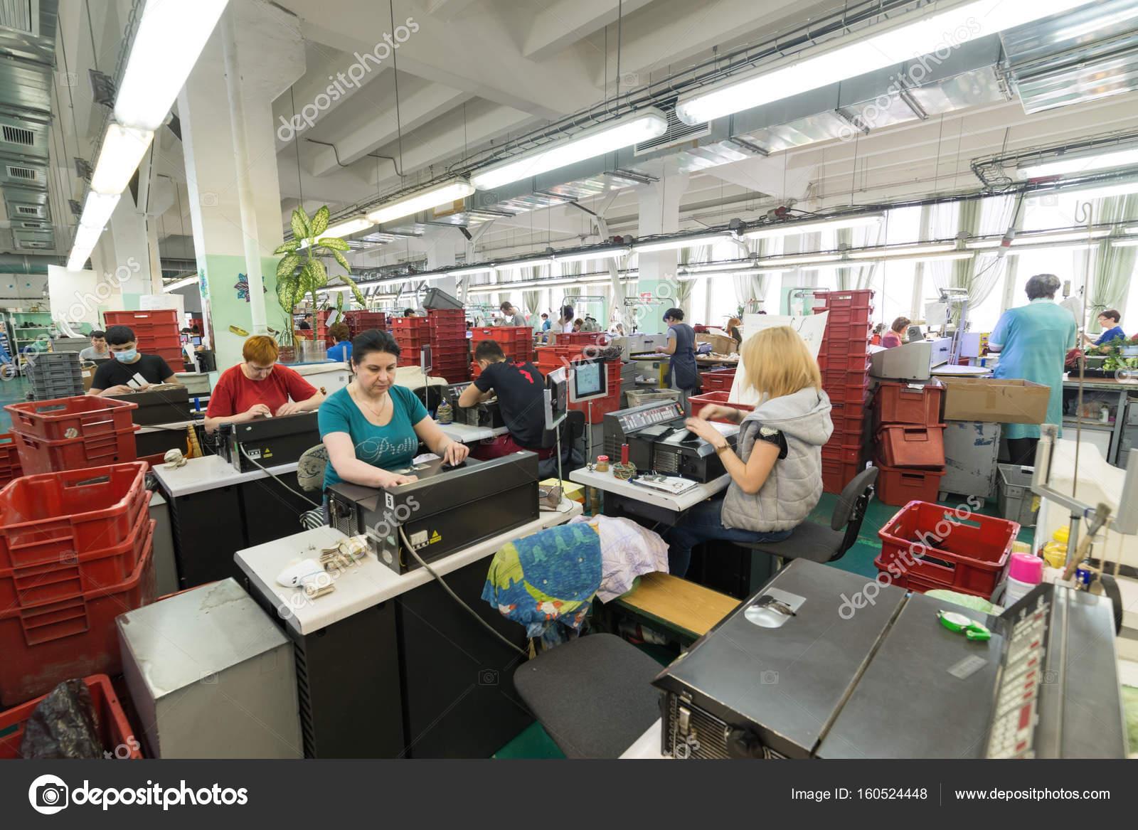 b9318e9aa Москва, Россия - 21 февраля 2017: Московская обувная фабрика ОАО Ralf  Ringer. Женские и мужские рабочие на швейные машины — Фото автора Nordroden