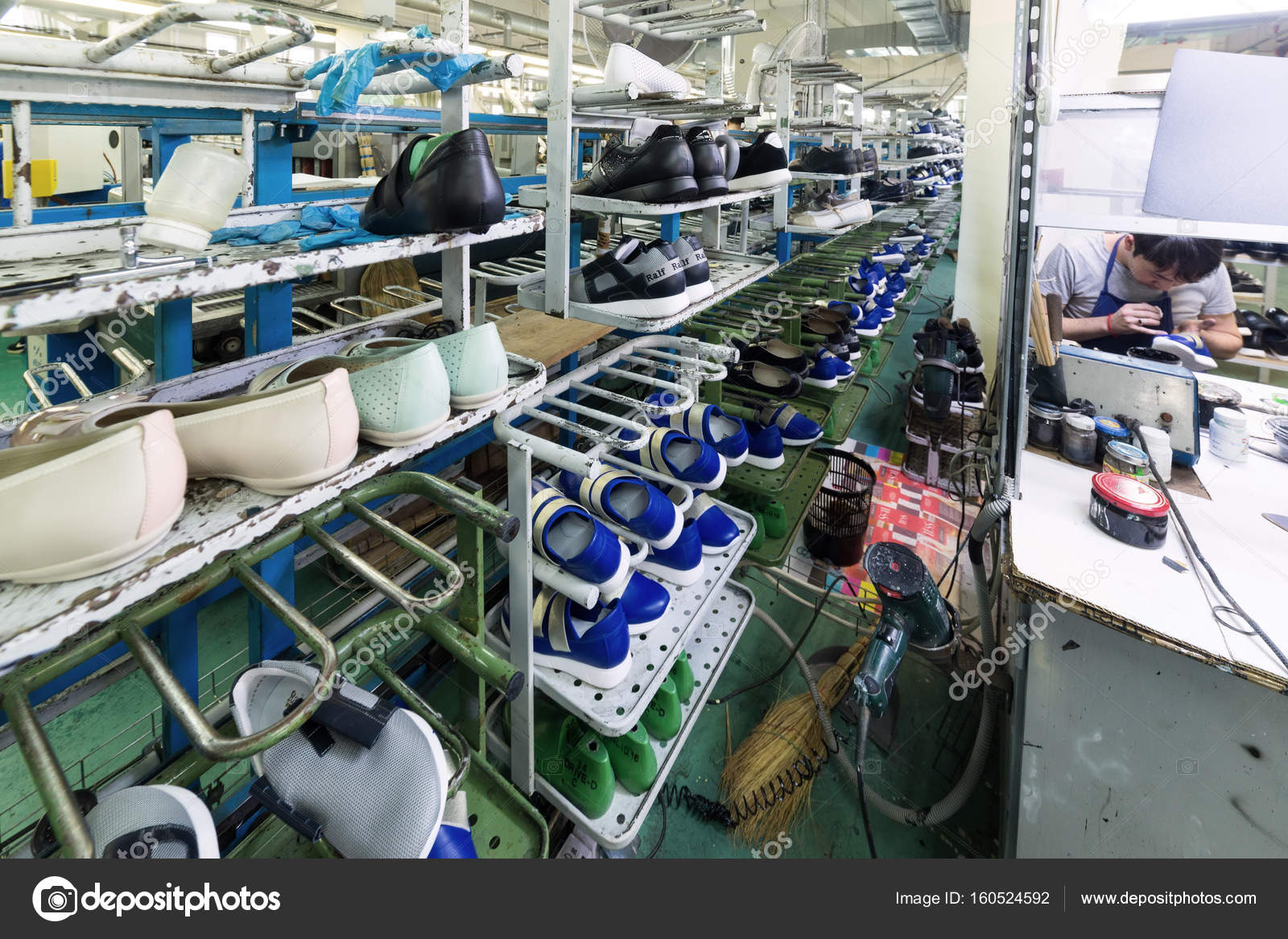2cc479cb7 Москва, Россия - 21 февраля 2017: Московская обувная фабрика ОАО Ralf  Ringer. Обувь различных моделей на конвейер обувной фабрики — Фото автора  Nordroden
