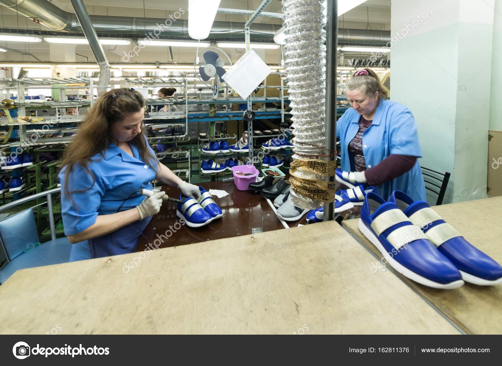 Calzado— Las Una Foto Hacen Trabajadoras De Fábrica Zapatos En FK3lcT1J