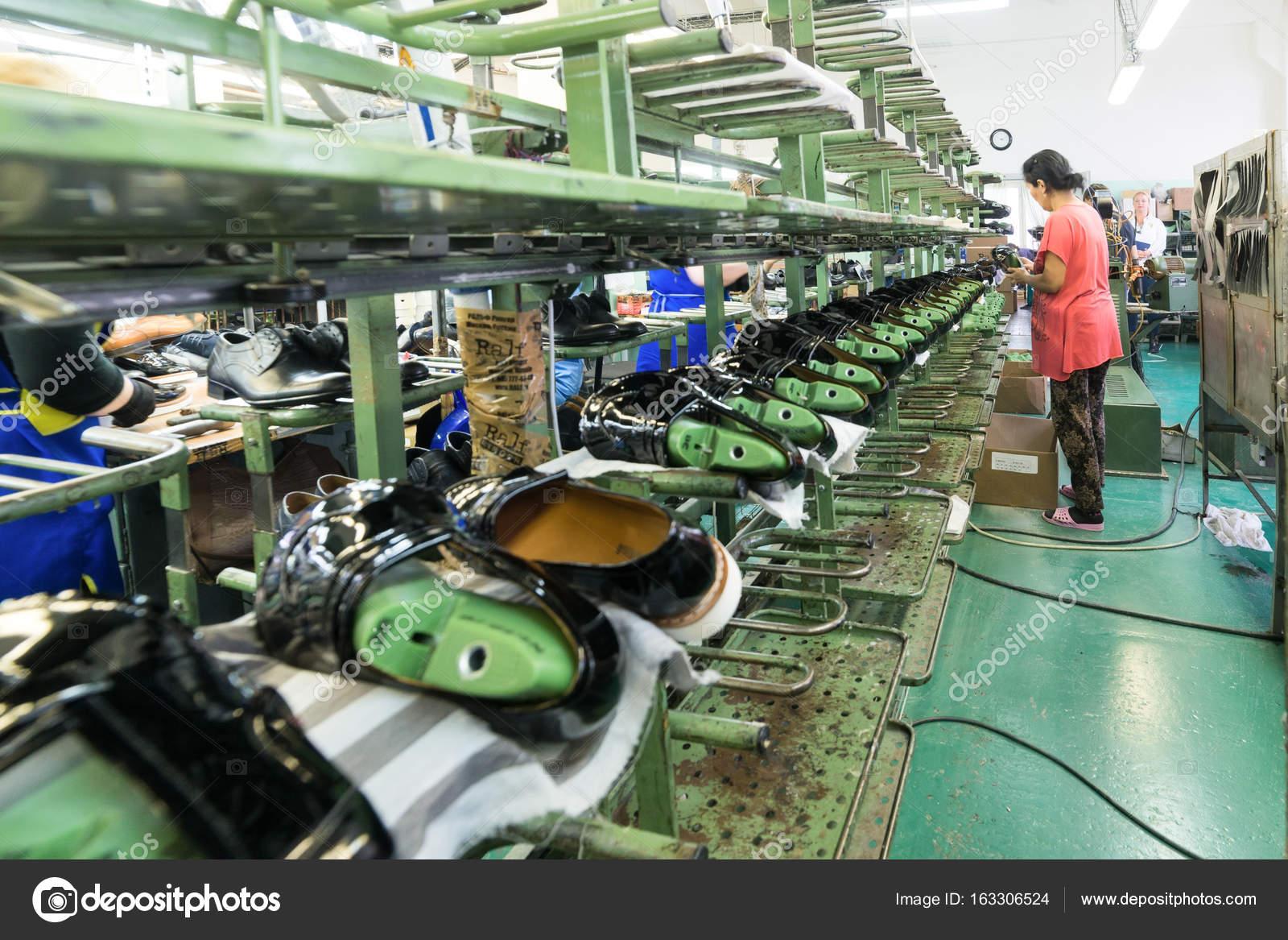 e3166e3e76 Moscou, Rússia - 21 de fevereiro de 2017: Fábrica de sapatos de Moscou Jsc  Ralf Ringer. Sapatos na esteira da fábrica da sapata. — Foto de Nordroden