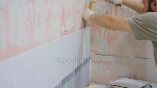 Badkamer reparatie, de fase van de verwijdering van keramische ...