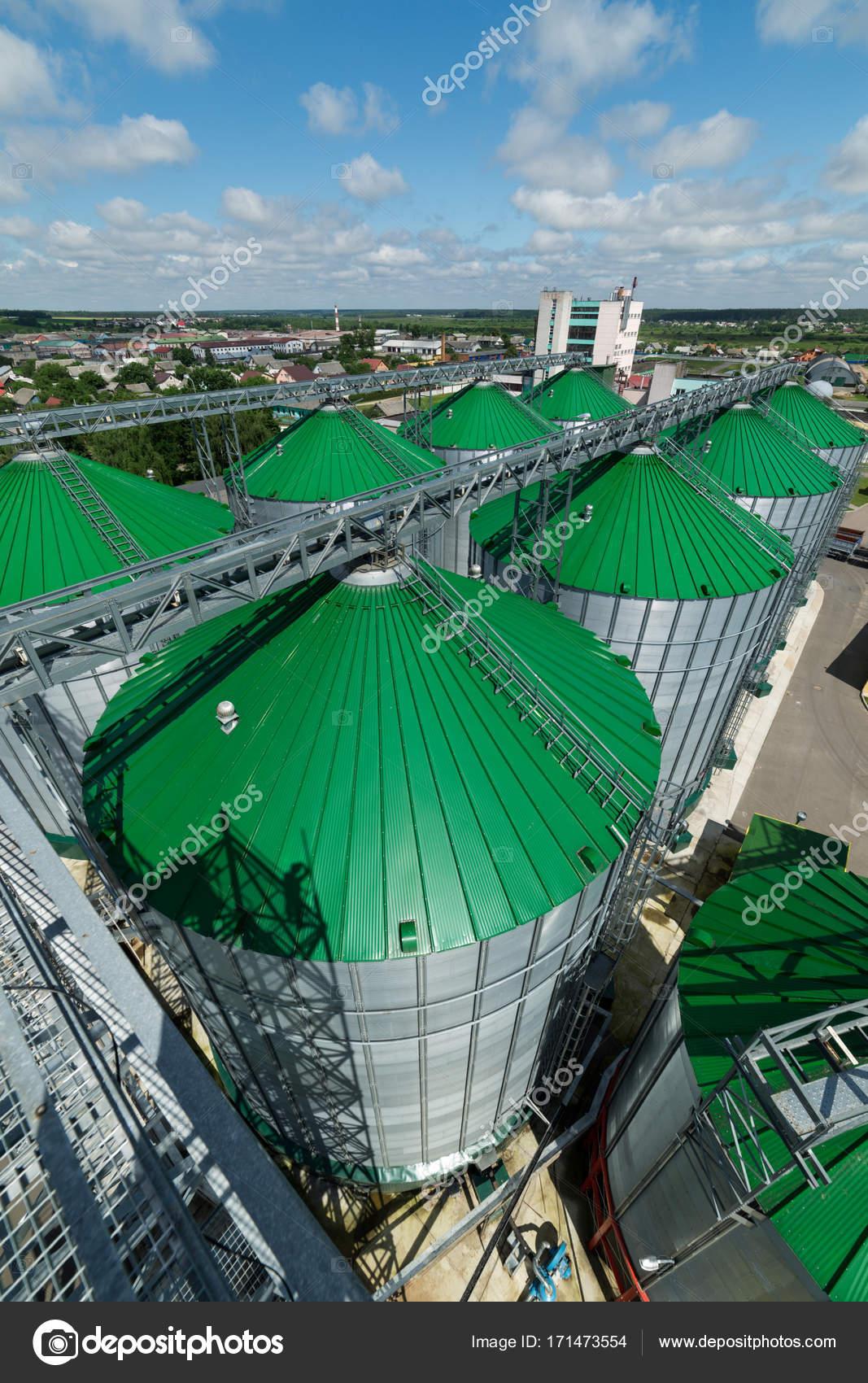 モダンな穀倉地帯、緑色の屋根の...