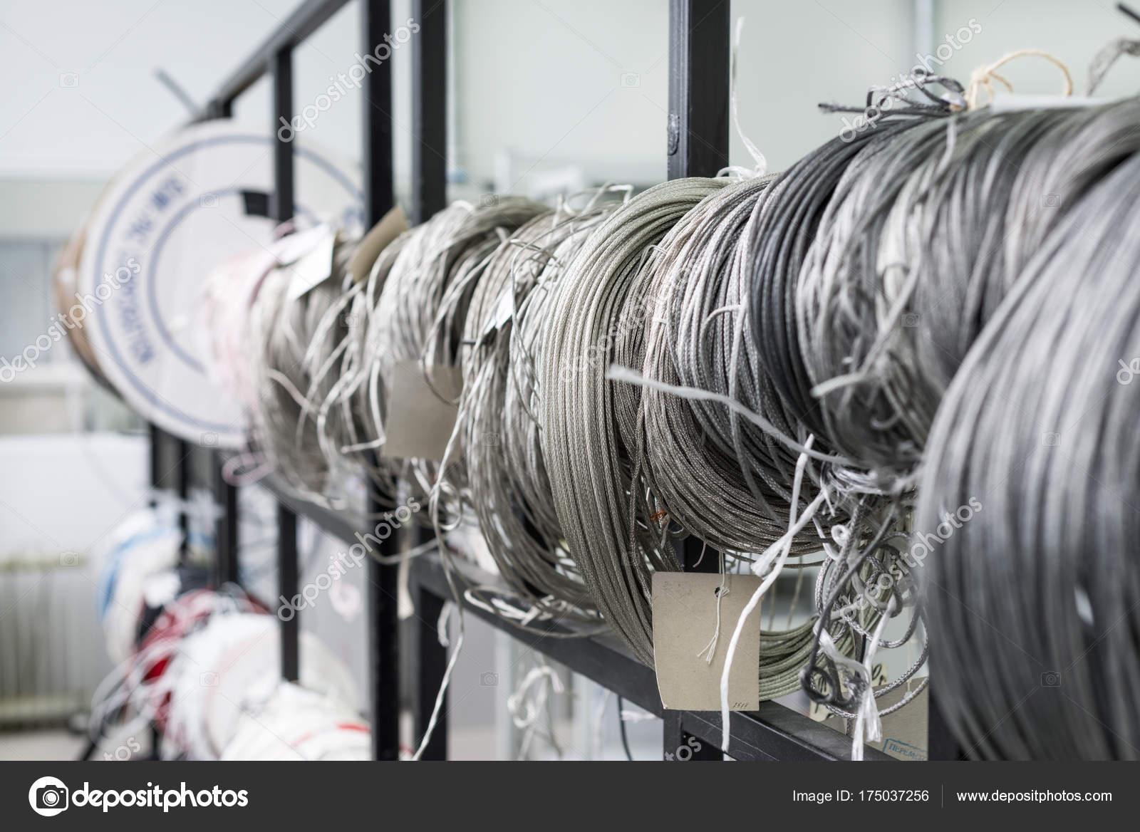 Verdrehte Spulen Draht und isolierter Draht — Stockfoto © Nordroden ...