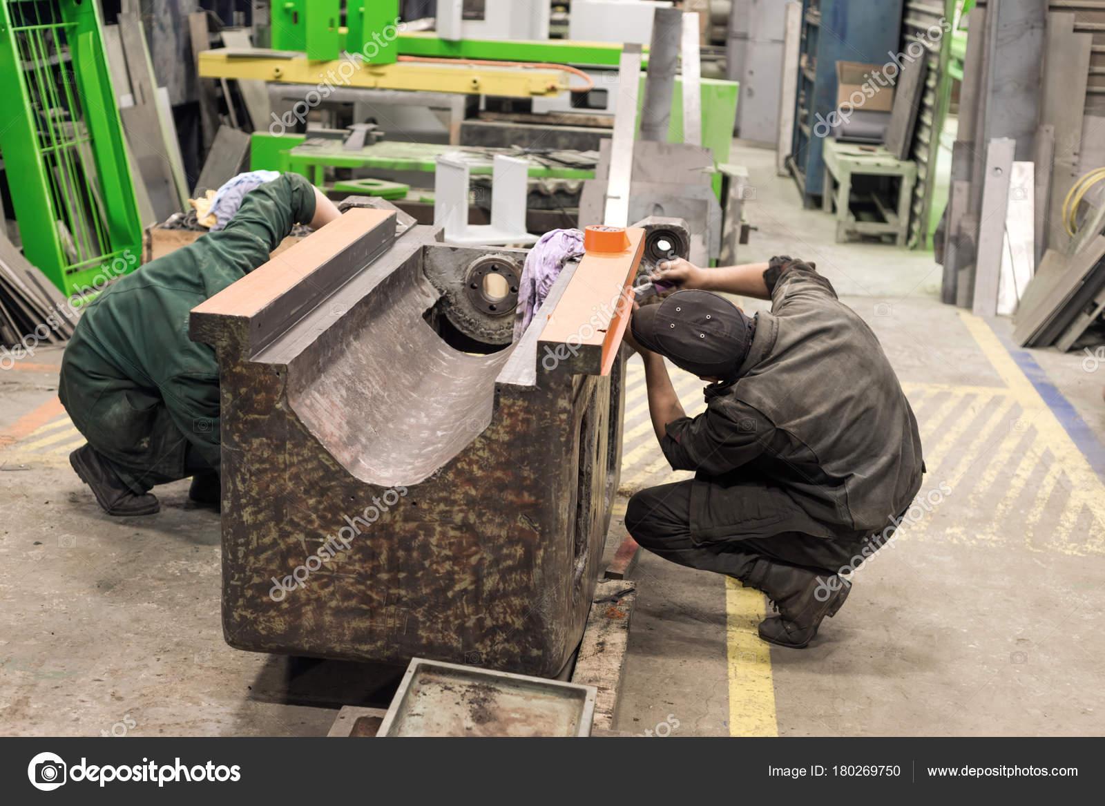 Trabajar en la preparación de la cama de una cortadora de metal para ...