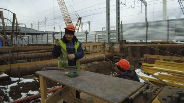 Staveniště ŽST. Stavební dělníci připravují ocelové výztuže