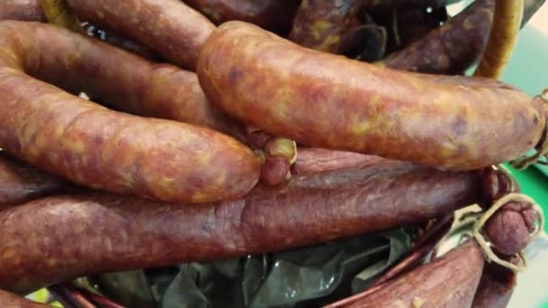 Různé uzené, konzervované klobásy, klobásy, uzené maso