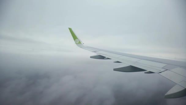 Let letadla mezi mraky, sestup z výšky