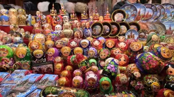 Vánoční trh na Rudém náměstí. Nákupní centra s hnízdícími panenkami a dalšími suvenýry s ruskými symboly.