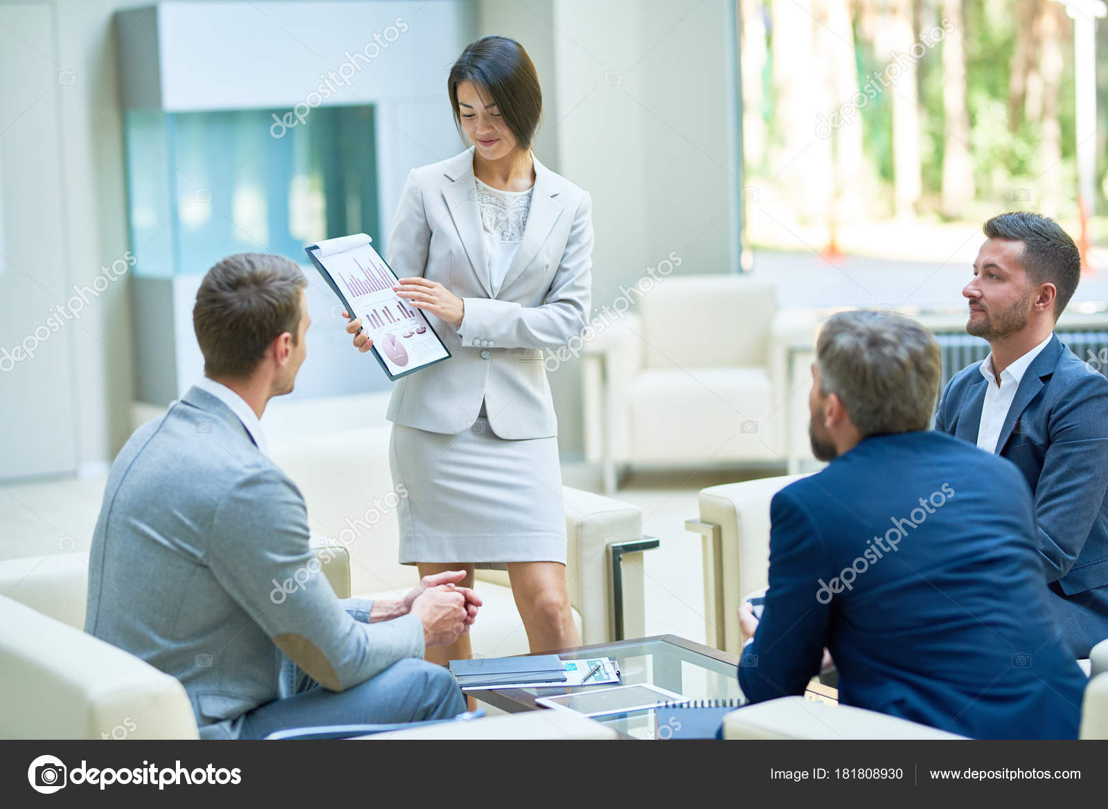 Красивой и успешной молодой женщины уверенно улыбаться с руки в.