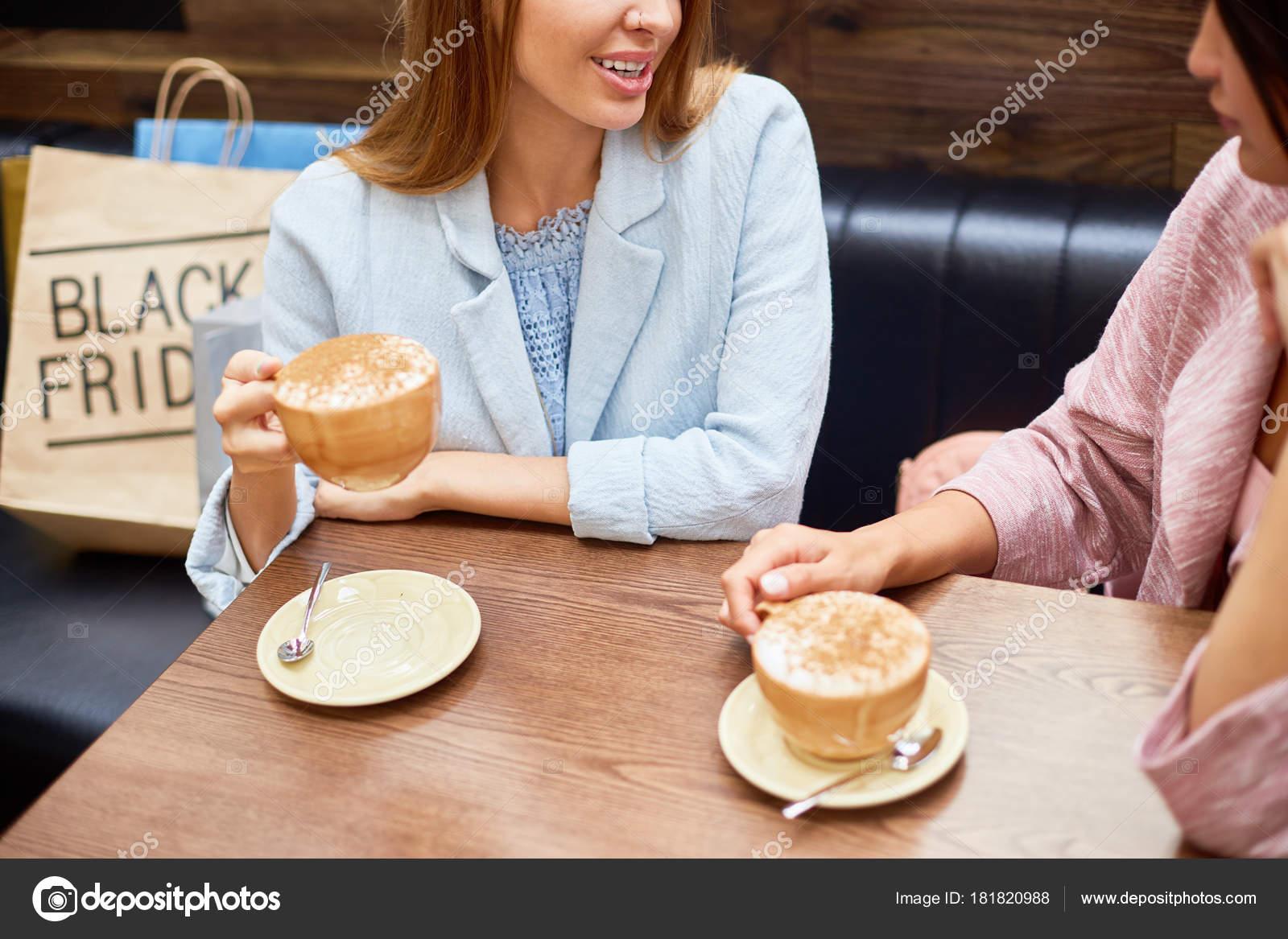 Tavolino Del Bar.Ritratto Due Giovani Donne Che Gode Del Caffe Tavolino Del