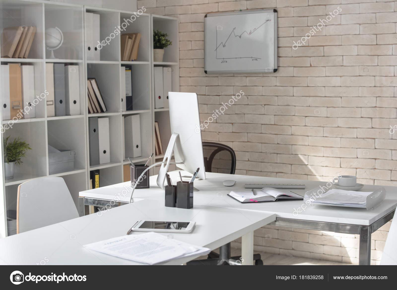 Image arrière plan bureau moderne vide dans couleur blanche avec