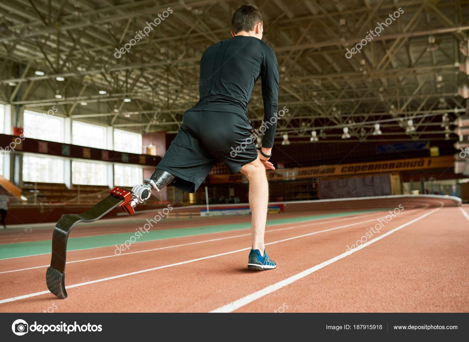 Imagem Motivacional Atleta Jovem Amputado Aquecer Pista