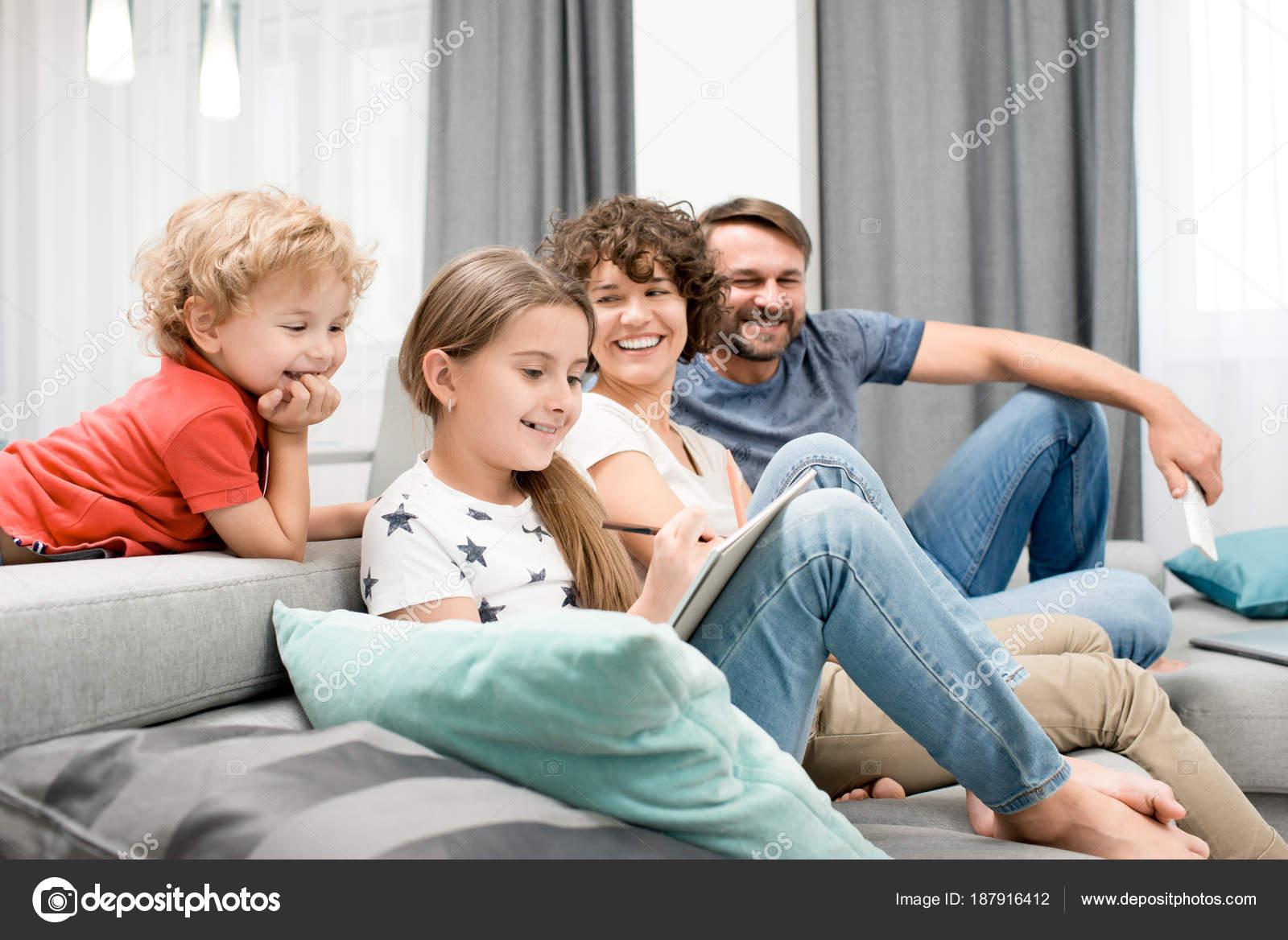 Gioiosa Famiglia Quattro Persone Riunite Insieme Accogliente ...