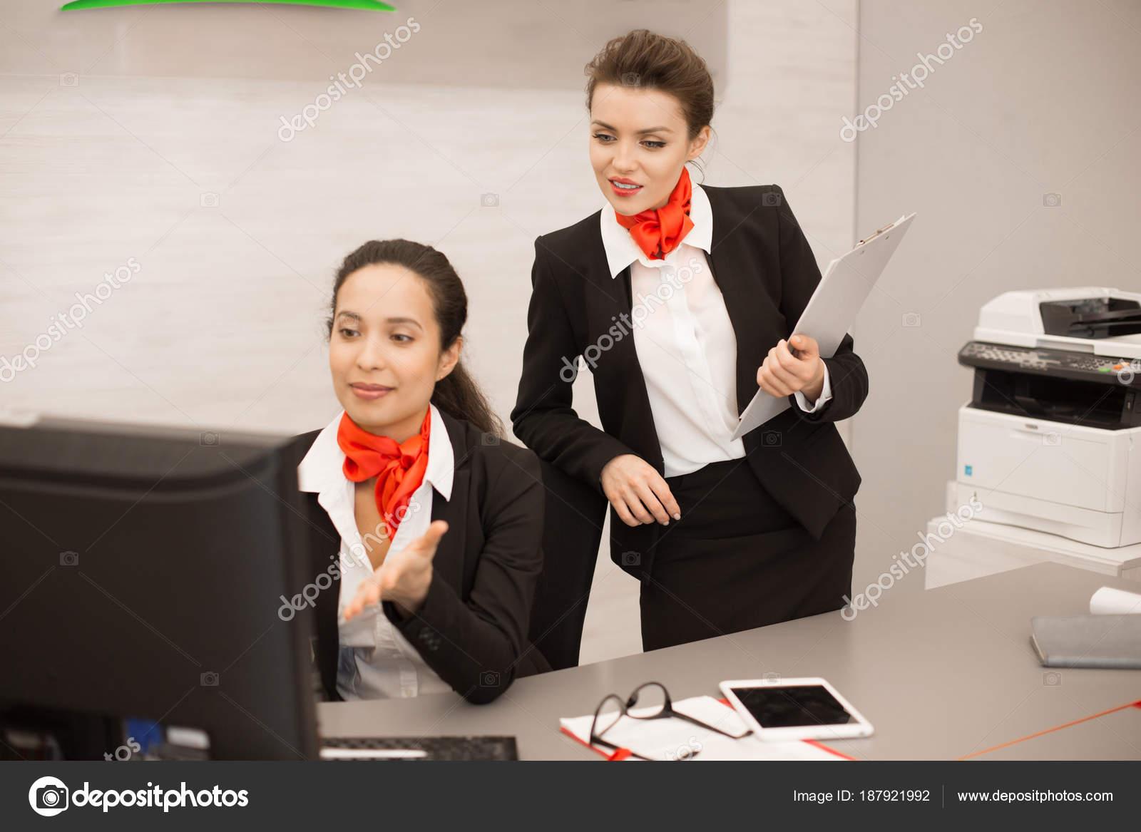 Portrait deux femmes affaires jolis vêtu uniforme noir rouge aide
