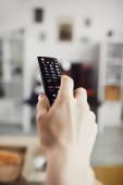 Közelkép férfi kéz gazdaság Tv távoli ellen nagyképernyős televízió, másolás helyet