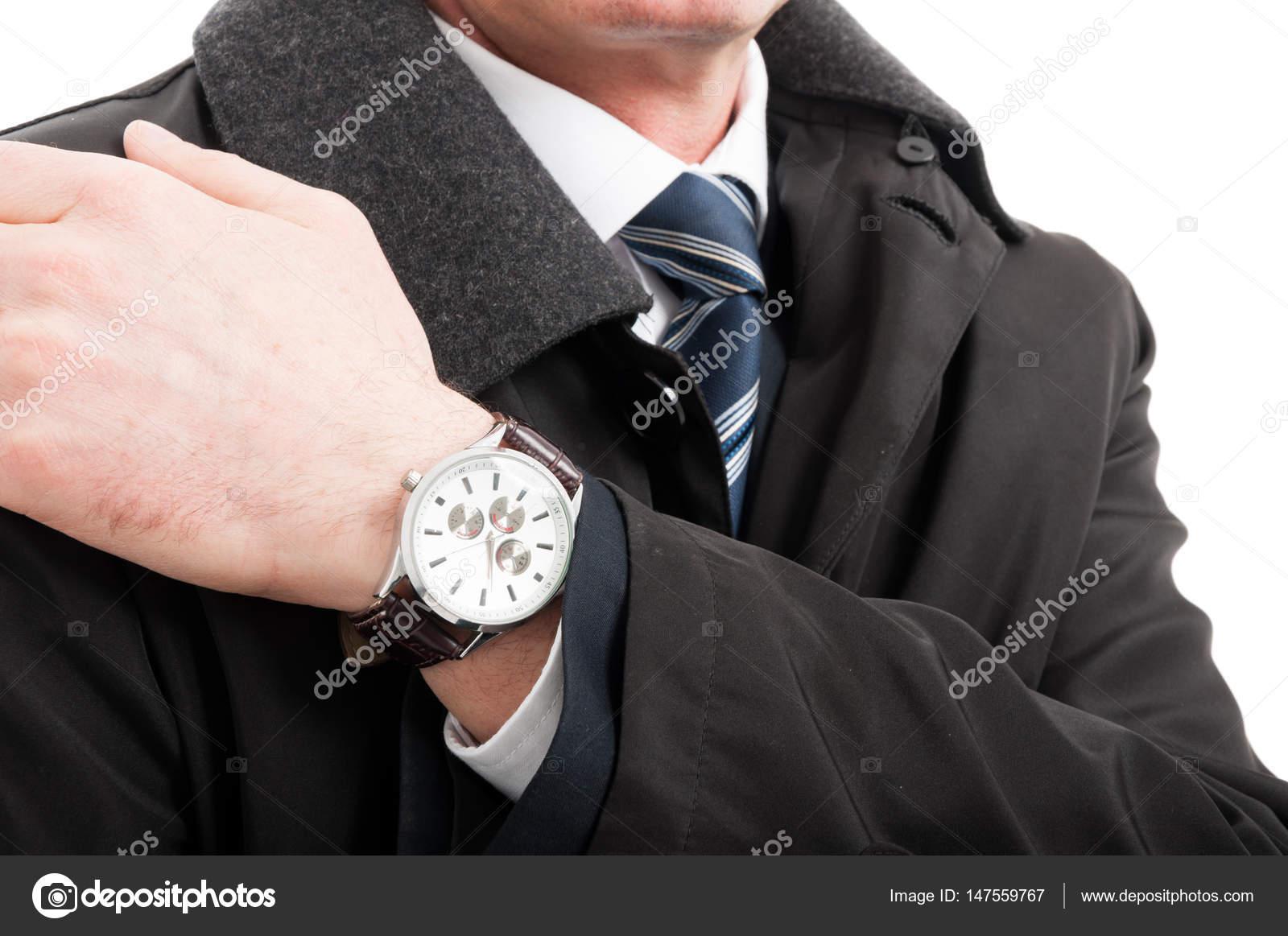 Primer plano de mano de hombre elegante usar reloj de pulsera — Foto de  Stock c8f749233bd8