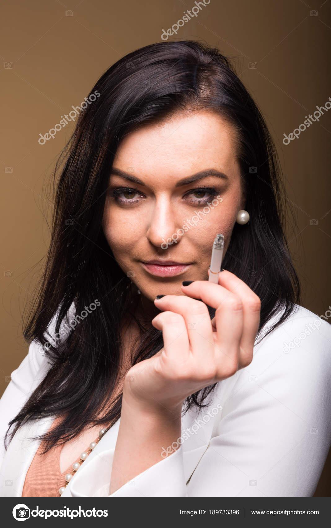 Сексуальные брюнетки с сигаретой 9