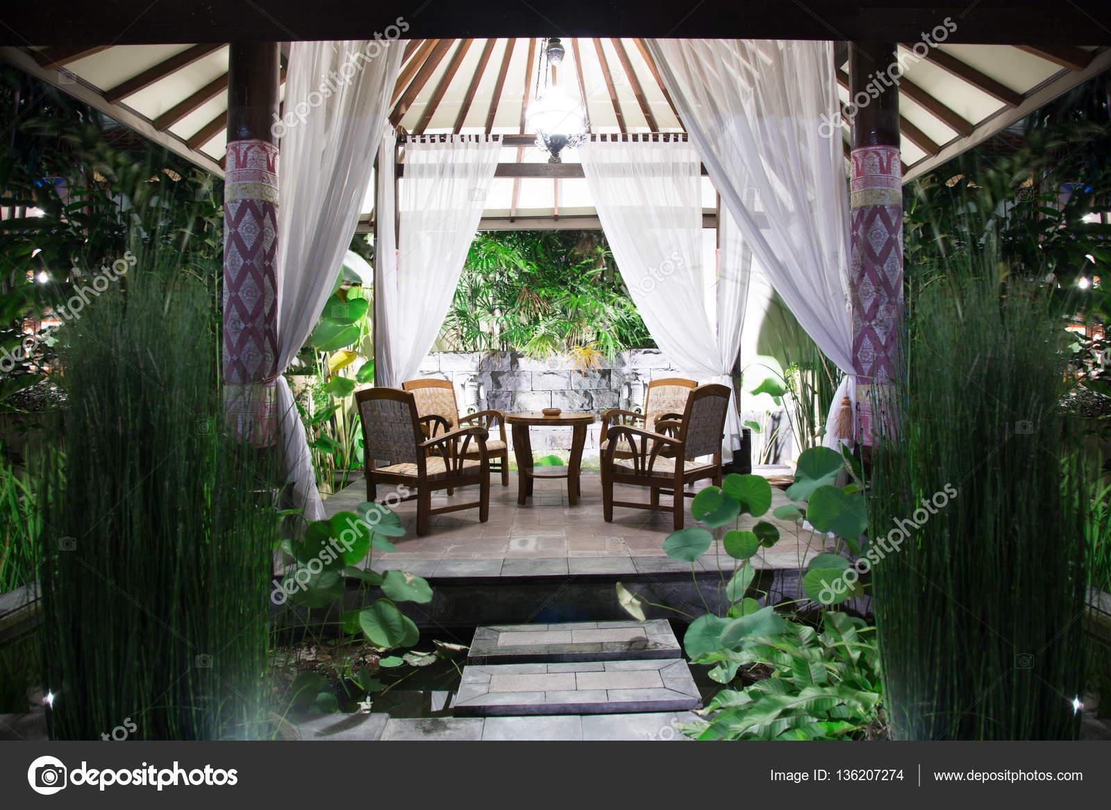 Im Freien Entspannen Am Abend Garten Stühle Und Tisch Stockfoto