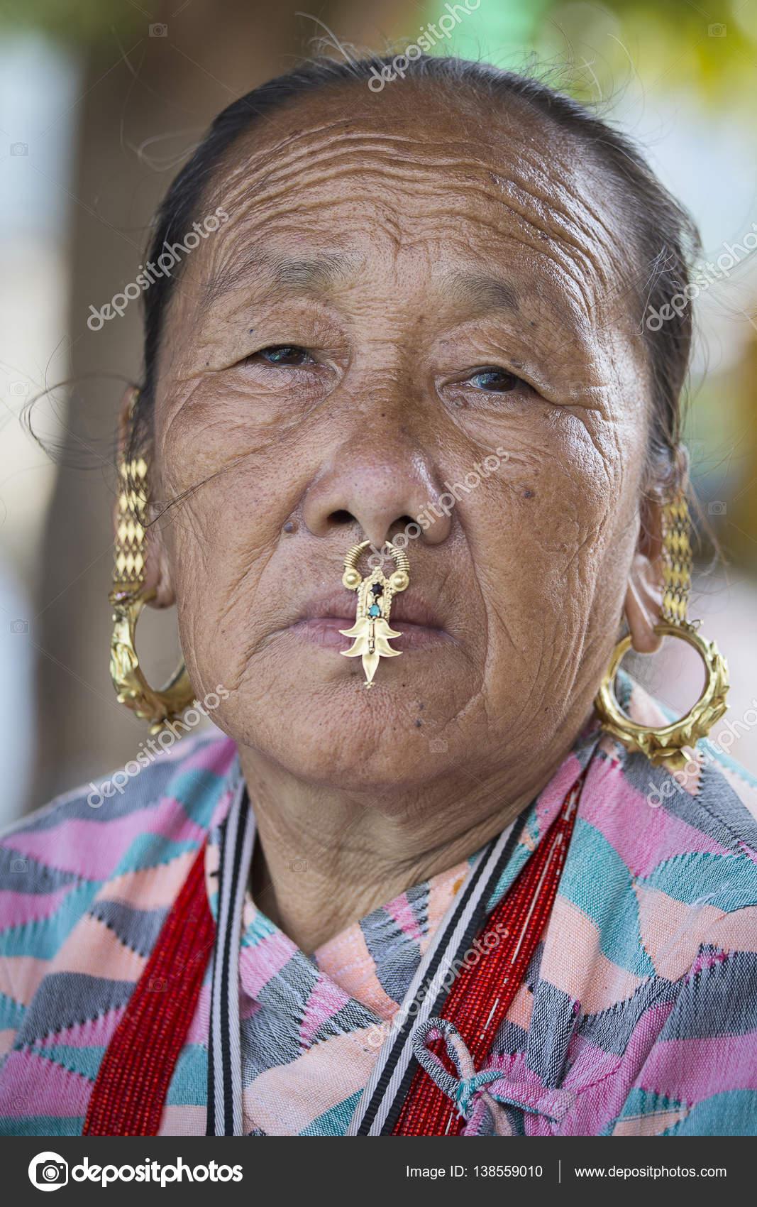 Portrait de vieilles femmes en costume traditionnel dans les rues de Katmandou, Népal — Photo ...