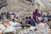 Tibetské řezník muži porážet jak těl pro prodej na místním trhu. Annapurna region. Himálaj, Nepál