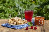 Fényképek Jam sütijük cookie-kat és a piros befőtt, cseresznye, eper, egres, málna és sárgabarack lekvár