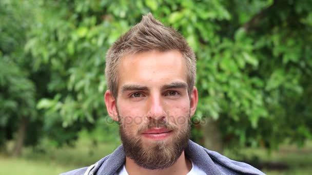 Portré, fiatal férfi szakáll pihentető, a természet, a nyári nap